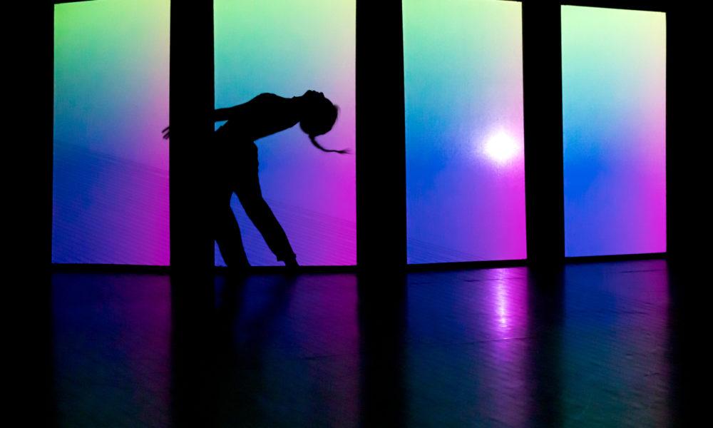My own echo chamber   Performance und Tanz: Georgia Begbie   Performance und Musik: Peter Hinz   Visual Design: Antonio Pipolo   Komposition: Giovanni Cristino   foto: Lys Y. Seng  Mit Tanz, Musik und Video erkundet My own echo chamber das Verhältnis unserer Gesellschaft zur digitalen Welt. Das Internet ist eine Quelle der Information, Unterhaltung, Freundschaft, des Spiels und des Spaßes, aber auch Plattform für Manipulation, Fake News, Cybermobbing oder Pornografie. Wie wirkt sich die Verbindung von Maschine und Mensch auf unsere Lebenswelt aus? In einer Netzkonstruktion aus elastischen Fäden erkunden zwei Performer*innen, wie Menschen auf die schier unendlichen Möglichkeiten regieren und wie sie der Umgang mit den digitalen Medien in regelrechte Echokammern zieht.